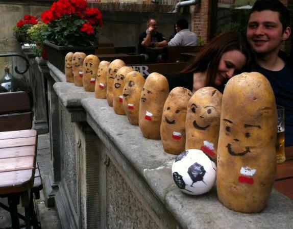 Polska reprezentacja wystawiona przez pracowników gdańskiego Baru pod Rybą, słynącego z faszerowanych ziemniaków.