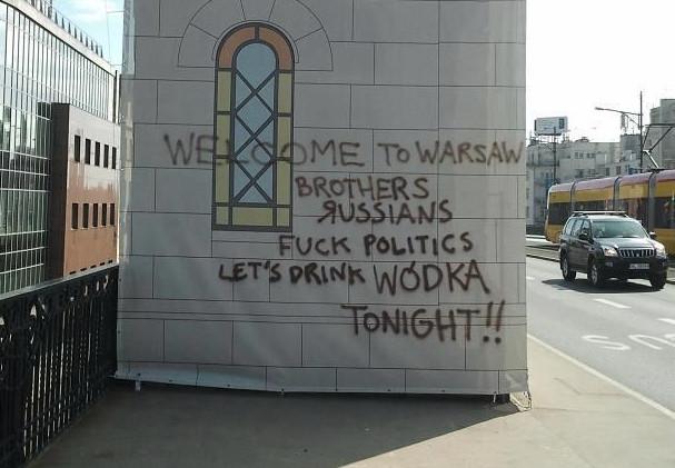 Baner na Moście Poniatowskiego w Warszawie. Tędy kibice będą dziś szli na mecz.