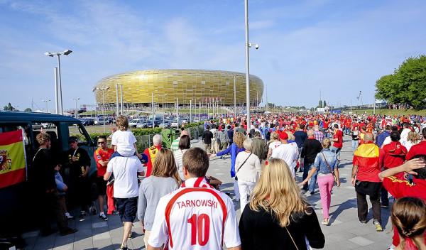 Tłumy przed niedzielnym meczem Hiszpania - Włochy na drodze do stadionu.