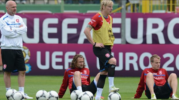 Trener Michal Bilek oraz Petr Jiracek, Frantisek Rajtoral i Michal Kadlec zdają się wypatrywać co przyniesie im los na Euro 2012.