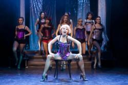 """Efektowne, energetyczne """"Lady Marmalade"""" z musicalu """"Moulin Rouge"""" to jeden z lepszym momentów """"Różowego młynka"""" (na pierwszym planie Katarzyna Kurdej)."""