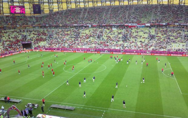Na murawie stadionu w Gdańsku już rozgrzewają się zawodnicy obu drużyn.