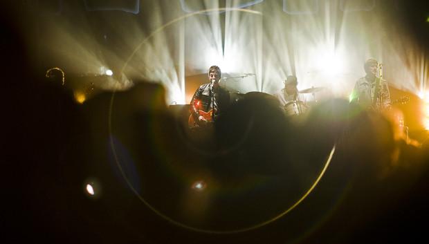 """Gallagher zagrał solowe kawałki, ale największe emocje i tak wzbudziły piosenki Oasis, w tym przeboje """"Whatever"""" oraz """"Don't look back in anger""""."""
