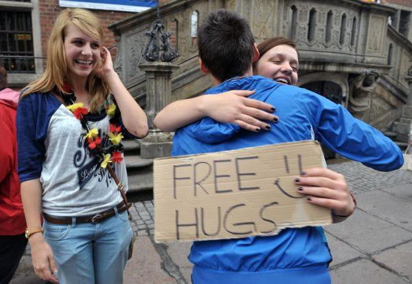 Free hugs, czyli darmowe uściski nie tylko dla kibiców.