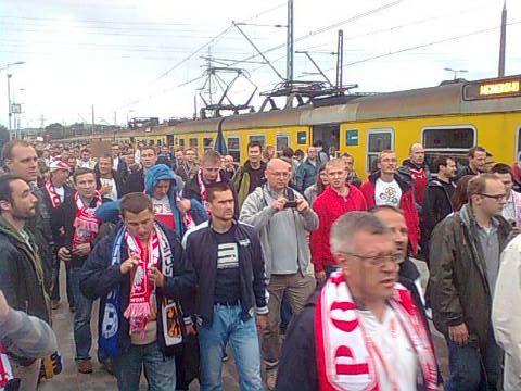 Wśród kibiców jadących na stadion większość to Polacy. Nic dziwnego: kupili oni 19 tys. biletów, podczas gdy Niemcy 12,5tys., a Grecy jedynie ok. 5 tys.