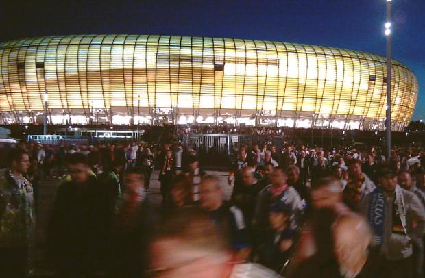 Kibice opuszczają stadion w Letnicy. Zakończył się ostatni mecz Euro 2012 w Gdańsku.