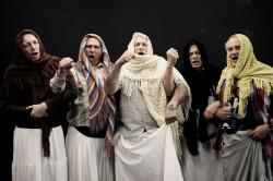 """Na wesoło o przemijaniu i umieraniu aktorzy Teatru Wybrzeże opowiedzą w spektaklu """"Baba Chanel"""". Premiera spektaklu 10 sierpnia na Dużej Scenie Wybrzeża, a już dzień później przedstawienie zobaczą widzowie Sceny Letniej w Pruszczu."""