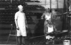 Józef Szydłowski, ojciec Andrzeja, Jana i Marka Szydłowskich, w swojej piekarni przy ul. Słowackiego w Gdańsku.
