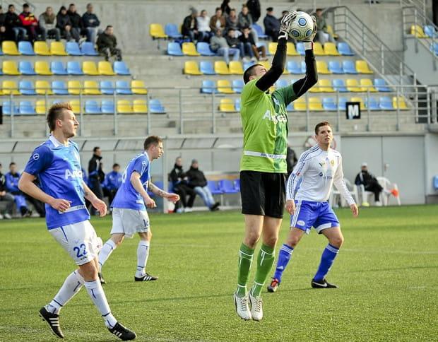 Bartosz Kaniecki (z piłką) do Lechii trafił zimą z Widzewa wraz z Piotrem Grzelczakiem, ale wiosnę spędził na wypożyczeniu w Bałtyku Gdynia. Teraz stara się o angaż w Dynamie Drezno.