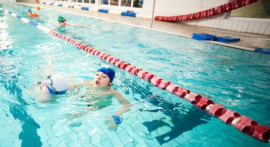 Nie wszystkie baseny latem są czynne. Gdzie wybrać się żeby popływać, gdy pada deszcz?