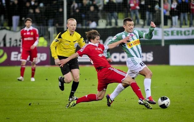 Łukasz Surma (przy piłce) podkreśla, że choć to tylko sparing, to przeciwko Wiśle Kraków każdy z gdańskich piłkarzy da z siebie 100 procent możliwości.