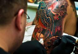 Coraz więcej osób decyduje się na duże, barwne tatuaże.