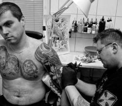 Wykonanie tatuażu na całym ramieniu wymaga kilku sesji tatuatorskich.
