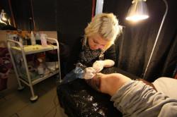 Tatuatorka przy pracy.