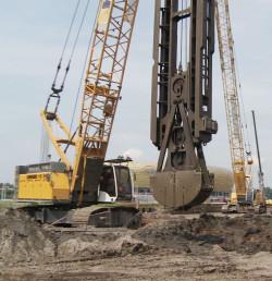 Chwytak - maszyna pracująca przy wykopie pod przyszły mur oporowy.
