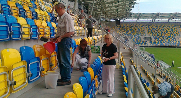 Zgodnie z umową Świadkowie Jehowy najpierw posprzątają stadion.