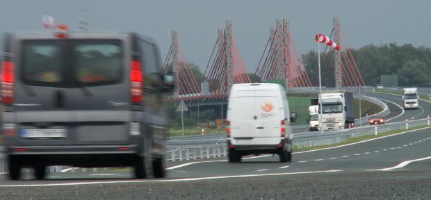 Poziom nawierzchni jezdni tuż za estakadą w ciągu Południowej Obwodnicy Gdańska obniżył się o kilka centymetrów po otwarciu ekspresówki do ruchu.