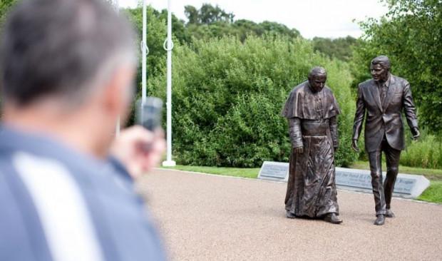 Spacerujący po Parku Nadmorskim mogą już natknąć się na nietypowy pomnik, przedstawiający Jana Pawła II i Ronalda Reagana.