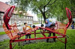 """Przebojem wśród małych widzów okazała się instalacja """"L`animalada"""" grupy Katakrak, która dzieciom posłuzyła za nowy plac zabaw."""