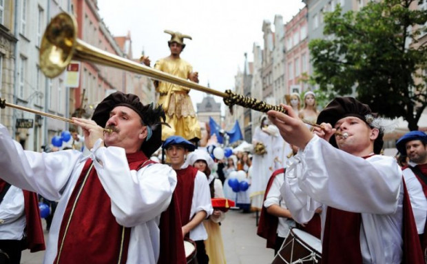Barwna parada, która przemaszeruje ul. Długą i Długim Targiem, otworzy Jarmark św. Dominika w sobotę, 28 lipca. Nz. ubiegłoroczna ceremonia otwarcia imprezy.