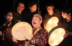 Alaev Family to tadżyccy mistrzowie bębniarscy. W Kolibkach zagrają w piątek.