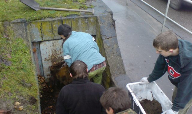 W uprzątnięciu okolic schronu pomagała Trójmiejska Grupa Rekontrukcji Historycznych. Nz. wejście do schronu.
