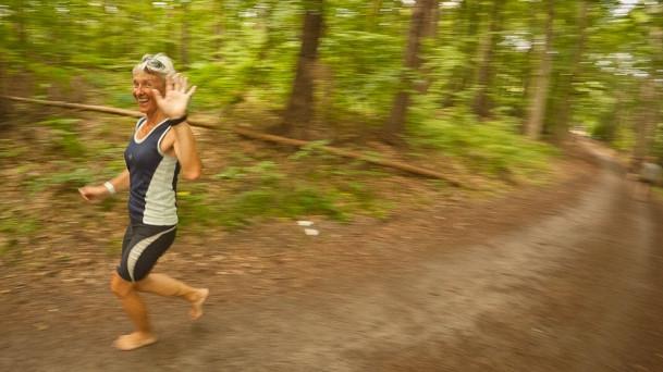 Pokonać 7,5 km leśnymi drogami na boso to niecodzienna przygoda. Spokojny marsz na tym dystansie zajmuje ok. 2 godzin, choć znaleźli się też tacy, którzy przebiegli całą trasę.