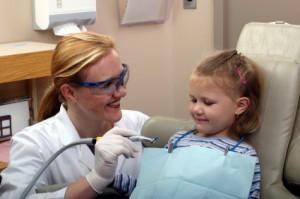 Specjalne podejście do najmłodszych deklaruje coraz więcej trójmiejskich gabinetów stomatologicznych. Wiele z nich oferuje wizyty adaptacyjne, podczas których dzieci mogą oswoić się z fotelem i urządzeniami dentystycznymi.