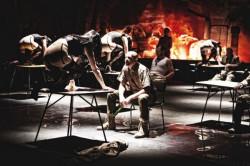 """Niezwykle efektowny """"Makbet"""" Teatru Współczesnego w Szczecinie, bardzo wiernie i zaskakująco zachowawczo oddaje tekst dramatu Szekspira."""