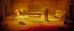"""W symbolicznej przestrzeni domu rozgrywają się przeróżne traumy rodzinne. Maja Kleczewska w """"Burzy"""" z Teatru Polskiego w Bydgoszczy przygląda się przede wszystkim relacjom między bohaterami, widząc w nich prawdziwe, domowe piekiełko."""