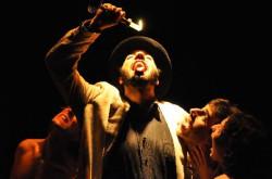 """""""Amleto"""" włoskiego Teatro de Lemming zaskoczyło kilkoma ciekawymi pomysłami i tym, że Hamleta w ogóle na scenie nie było, jednak poziom spektaklu pozostawia wiele do życzenia."""