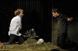 Tytułowy Hamlet w spektaklu Dejana Projkovskiego z Teatru Dramatycznego w Skopje bawi się szaleństwem, które (ponoć) go trawi.