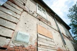 Dwór pochodzący z 1802 roku po wojnie został podzielony na mieszkania komunalne. Lokatorzy wyprowadzili się kilka lat temu.