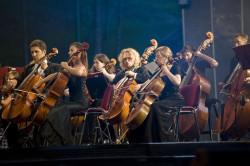 W Koncercie Inauguracyjnym wzięła udział orkiestra jubilatka - Polska Filharmonia Kameralna Sopot (w składzie rozszerzonym o muzyków z całej Polski) pod batutą Wojciecha Rajskiego.