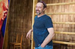 """Autor sztuki, Nikołaj Kolada, zapewnia, że dziś już niechętnie ogląda premiery swoich sztuk. Dramatopisarz należeć będzie do pierwszych widzów """"Baby Chanel"""" Teatru Wybrzeże."""