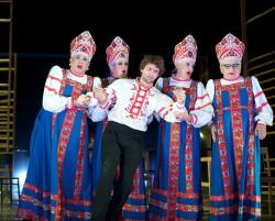 Próba ukazania rosyjskiej duszy wprost nie należy wprawdzie do najsilniejszych punktów spektaklu, ale niezwykle efektowne stroje przygotowane przez scenograf Magdalenę Gajewską już tak.