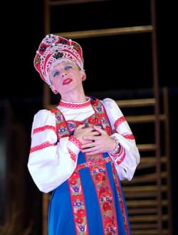 Prym wśród aktorów wiedzie Cezary Rybiński, zarazem pocieszny i przejmujący w roli 90-letniej staruszki.