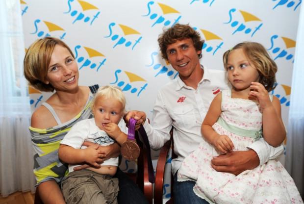 Przemysław Miarczyński z żoną Katarzyną oraz dziećmi Ewą i Patrykiem, a także brązowym medalem olimpijskim.