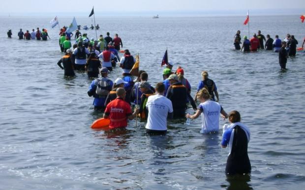 Marsz Śledzia to cykliczna impreza. Uczestnicy maszerują mieliznami przez Zatokę Pucką z Kuźnicy do Rewy.