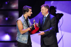 Szwed Eric Saade według telewidzów dał najlepszy koncert. Bursztynowego Słowika wręczył mu prezydent Sopotu, Jacek Karnowski.