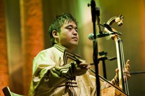 Mozart meets Genghis Khan – tak żartobliwie zatytułował koncert zespołu Sedaa irański perkusista Omid Bahadori. Mniejsza o tytuł - występ zespołu Sedaa był bez wątpienia największą atrakcją tegorocznej edycji festiwalu a muzycy, choć w naszym mniemaniu egzotyczni, oddali hołd Mozartowi najpiękniej, jak tylko można- wykonując jego muzykę tradycyjnych mongolskich instrumentach.