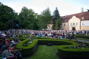 Inscenizacja opery Wesele Figara cieszyła się tak dużym zainteresowaniem publiczności, że na pół godziny przed koncertem  nie było już miejsca na trawnikach a i znalezienie miejsca stojącego z widokiem na scenę graniczyło z cudem. Tym, którym się to nie udało, pozostało słuchanie muzyki przez głośniki rozmieszczone w Parku Oliwskim.