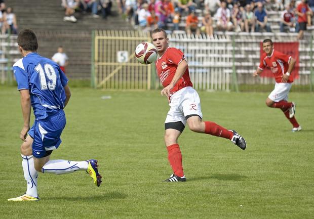 Piłkarze Polonii (czerwone koszulki) zdobyli pierwszy punkt w III lidze.