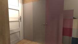 """Koncepcja pierwsza. Kolorowe drzwi od zabudowy będzie można zmienić, kiedy dzieci """"wyrosną"""" z takich barw."""
