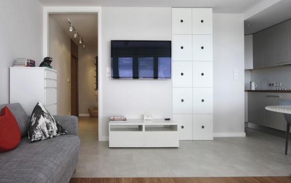 Jedno pomieszczenie łączy w sobie salon, kuchnię, jadalnię i sypialnię.