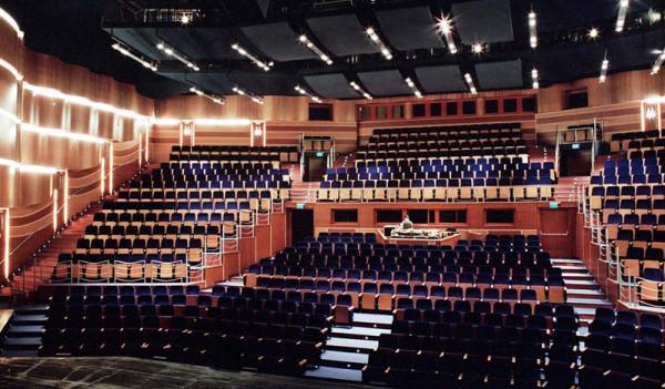 Widownia Dużej Sceny (zdjęcie archiwalne) po rozbudowie przyjmie 1070 widzów, będzie również utrzymana w brązowej tonacji. Dla komfortu widzów wybudowane zostanie też drugie foyer.