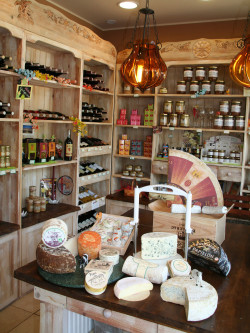 W sklepie Cyrano poza bogatym wyborem serów można także znaleźć wina i rozmaite przetwory