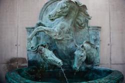Dekoracyjna fontanna na placu otwierającym nowe osiedle.