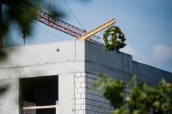 Na osiedlu właśnie zawisła tradycyjna wiecha, osiągnięto najwyższy punkt zabudowy.