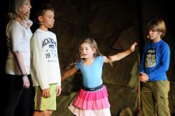 Spektakl jest popisem jednej bohaterki - przebojowej, pełnej empatii Kichatki (Debora Sobieska, w środku).